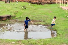 Kinder spielen in historischem Park Ayutthaya lizenzfreie stockfotografie