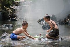 Kinder spielen mit Ente Stockfoto