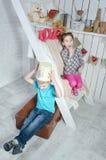 Kinder spielen nahe den Treppen Stockfotos