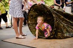 Kinder spielen, wem durch die lange Tasche schneller sind lizenzfreie stockfotografie