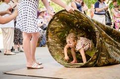 Kinder spielen, wem durch die lange Tasche schneller sind lizenzfreie stockfotos