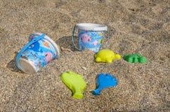 Kinder spielt auf Strand im Sand - Tätigkeiten für Kinder im Sommer Stockfotografie