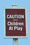 Kinder am Spielzeichen Stockfotos