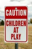 Kinder am Spielzeichen Lizenzfreies Stockbild