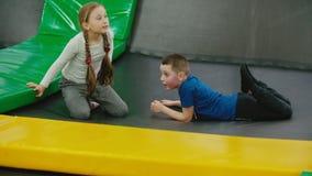 Kinder springen auf die Trampoline stock footage