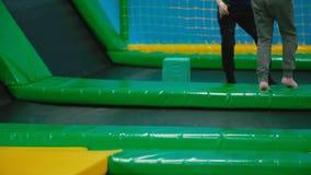 Kinder springen auf die Trampoline stock video