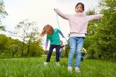 Kinder in springendem Seil des Kindergartens stockfoto