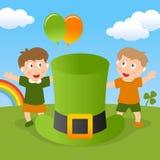 Kinder St Patrick s u. grüner Hut Stockfotos