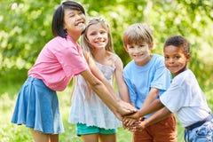 Kinder stapeln Hände für Integration lizenzfreies stockbild