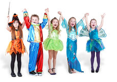 Kinder stehen, anhebend anhalten Hände und sie Stockbilder