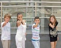 Kinder stellen o.k. dar. Stockfoto