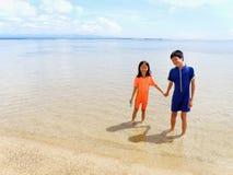 Kinder am Strand Lizenzfreie Stockfotos