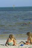 Kinder am Strand mit Tauchern Stockfotos