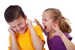 Kinder streiten - das kleine Mädchen, das im Zorn schreit Lizenzfreies Stockbild