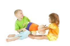 Kinder teilen ein Spielzeug Lizenzfreie Stockfotos