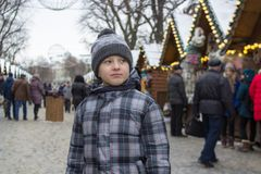 Kinder am traditionellen Weihnachtsmarkt Stockfotografie