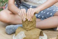 Kinder tun Tätigkeitslehmspiel Stockfotos