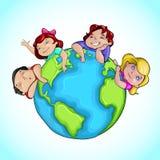 Kinder um Erde Stockfotografie