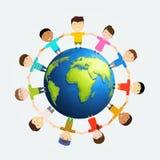 Kinder um Erde Multinationale Freundschaft von Völkern Stockfotografie