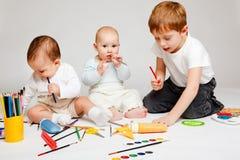 Kinder und Bleistifte Stockfoto