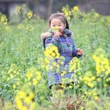 Kinder und Blumen Lizenzfreie Stockfotos