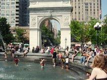 Kinder und Brunnen Lizenzfreies Stockbild