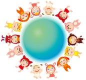 Kinder und die Erde Stockbild