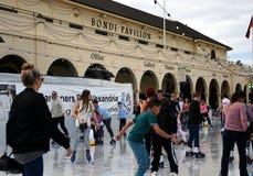 Kinder und Eltern sind Eislauf auf Bondi-Eisbahn Stockfotografie
