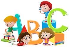 Kinder und englische Alphabete Lizenzfreies Stockbild