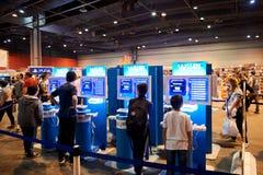 Kinder und Erwachsene, die Spielkonsolen WII U spielen Stockbild
