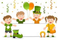 Kinder und Fahne St Patrick s Lizenzfreie Stockbilder