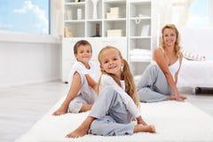 Kinder und Frau, die Übungen ausdehnend tut stockbild
