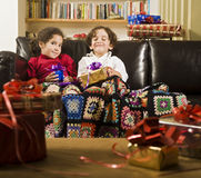 Kinder und Geschenke Stockfotos
