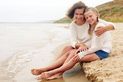 Kinder und glückliches Elternteilkonzept - Umarmen der Mutter und des d Stockfotos