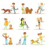 Kinder-und Hundeillustrationen eingestellt mit den Kindern, die um Heimtieren spielen und sich kümmern Lizenzfreie Stockfotografie