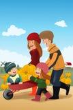 Kinder und ihre Eltern auf einem Kürbisflecken stock abbildung