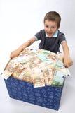 Kinder und Kasten mit Geld Stockfotografie