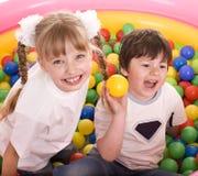 Kinder und Kugelgruppe auf Spielplatz im Park. Stockbild
