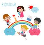 Kinder und Regenbogen, zurück zu Schule, verschiedene Kinder auf dem Regenbogen, Schule scherzt mit dem Regenbogen Lizenzfreie Stockfotos