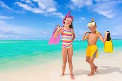 Kinder und Snorkels am Strand Stockbild