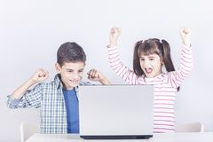 Kinder und Technologiekonzept lizenzfreie stockbilder