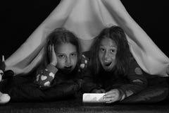Kinder und Technologiekonzept: aufgeregte Freundinnen, die mit Telefon spielen stockfotos