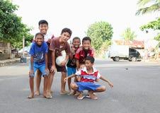 Kinder und Teenager, die auf Straße in Manado aufwerfen Stockfotos
