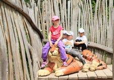 Kinder und Tiger Stockbild