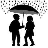 Kinder unter dem Regenschirm verstecken sich vom Regen, Schattenbildvektor stock abbildung
