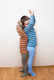 Kinder vergleichen Körperhöhe Lizenzfreies Stockbild