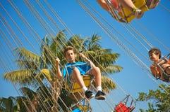 Kinder am Vergnügungspark Stockbild
