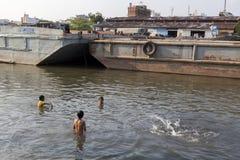 Kinder in verunreinigtem Fluss Lizenzfreies Stockfoto