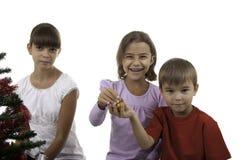 Kinder verzieren einen Baum des neuen Jahres Lizenzfreie Stockfotografie