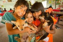 Kinder von den armen Bereichen am Projekt scherzt Sorgfalt Stockfoto